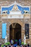 Florencja Włochy, Lipiec, - 04, 2016: wejście Palazzo Vecchio w Florencja z niezidentyfikowanymi ludźmi Pałac był siedzeniem Obraz Stock