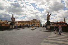Florencja Włochy, Wrzesień, - 03,2017: Piękna Florencja ulica, statuy i domy w chmurze i niebieskim niebie obraz royalty free