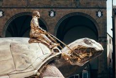 Florencja Włochy, Wrzesień, - 07, 2016: Złoty żółw - rzeźba zdjęcie stock