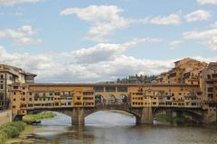 Florencja W?ochy, Wrzesie?, - 03,2017: Pi?kny widok downriver Ponte Vecchio stara panna m?oda w chmurze i niebieskim niebie fotografia stock
