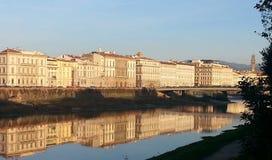 Florenz-Ansicht von der Arno-Fluss Stockfotos