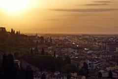 Florenz, Arno River und Ponte Vecchio bei Sonnenuntergang Stockbilder