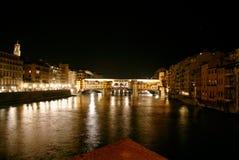 Florenz, Fluss Arno und altes Brige bis zum Nacht Lizenzfreies Stockbild