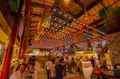 FLORENZ, ITALIEN - 12. JUNI 2015: Nette Dekoration des Dachs auf Florenz-Markt, Leute, die neues Lebensmittel besuchen und essen Lizenzfreies Stockbild