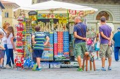 FLORENZ, ITALIEN - 12. JUNI 2015: Nicht identifizierte Leute, die nach einigen Andenken, Touristen suchen ein perfektes Geschenk  Lizenzfreie Stockfotografie