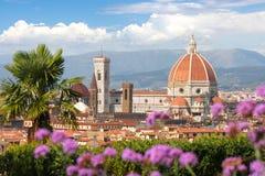 Florenz-Kathedrale mit Blumen, Italien Stockbild
