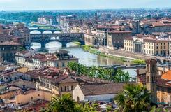 Florenz-Stadtbild mit Ansicht über der Arno-Fluss und Brücke Ponte Vecchio lizenzfreie stockbilder