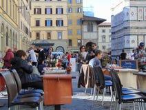 Florenz Toskana Italien Touristen im historischen Stadtzentrum, Piazza Del Duomo lizenzfreie stockbilder