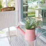 Florero adornado en la tabla del espejo en la sala de estar Fotos de archivo