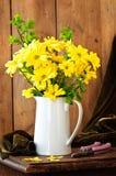 Florero amarillo de la visualización de la flor Imágenes de archivo libres de regalías