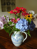 Florero antiguo de flores fotos de archivo libres de regalías