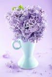 Florero azul con un ramo de lilas Imágenes de archivo libres de regalías