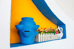 Florero azul de cerámica del estilo griego en la pared blanca Imagen de archivo libre de regalías