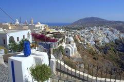 Florero azul y paisaje de Santorini Fotos de archivo