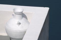 Florero blanco en Santorini Imagen de archivo libre de regalías