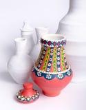 Florero colorido adornado egipcio de la cerámica en el fondo de los floreros blancos Imagen de archivo