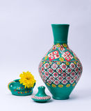Florero colorido de la cerámica, tapa, taza verde de la cerámica y flor amarilla Foto de archivo libre de regalías