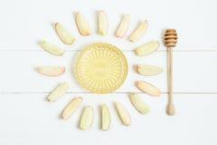 Florero con la cuchara y las manzanas de la miel alrededor, en fondo blanco de madera Año Nuevo judío, Rosh Hashanah, visión supe Fotografía de archivo libre de regalías
