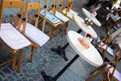 Florero con la tabla blanca de las flores en del café calle al aire libre imagen de archivo