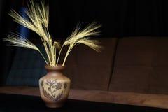 Florero con las espigas de trigo Fotos de archivo