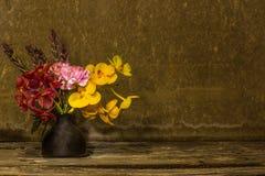 Florero con las flores Imágenes de archivo libres de regalías