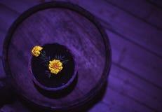 Florero con las flores amarillas Foto de archivo