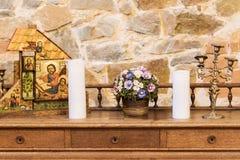 Florero con las flores en la tabla Foto de archivo libre de regalías