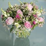 Florero con las flores rosadas Fotografía de archivo libre de regalías
