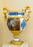 Florero con las manijas de oro en ermita Foto de archivo libre de regalías