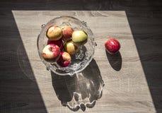 Florero con las manzanas horizontales en una manzana de madera del trapezoide de la sombra del fondo de la opinión superior del p Imagen de archivo