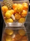 Florero con las naranjas de los limones de la piña Imagenes de archivo