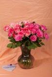 Florero con las rosas Imágenes de archivo libres de regalías