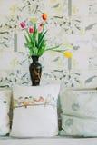 Florero con los tulipanes en backgroud de la primavera Imagen de archivo
