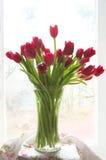 Florero con los tulipanes - todavía vida Imagen de archivo