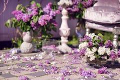 Florero con un ramo de lilas Imágenes de archivo libres de regalías