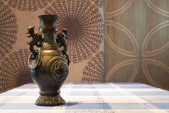 Florero de bronce anticuario Fotos de archivo