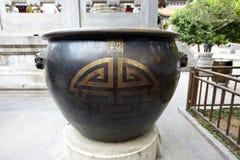Florero de bronce chino Imágenes de archivo libres de regalías
