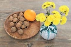 Florero de cerámica con las flores amarillas imágenes de archivo libres de regalías