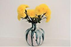 Florero de cerámica con las flores amarillas imagen de archivo libre de regalías