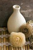Florero de cerámica con las flores secas Imagenes de archivo