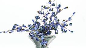 Florero de cerámica decorativo en el fondo blanco 4k almacen de video