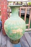 Florero de cerámica en el piso de madera Imágenes de archivo libres de regalías
