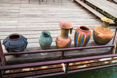 Florero de cerámica en el piso de madera Imagenes de archivo