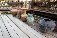 Florero de cerámica en el piso de madera Imagen de archivo libre de regalías