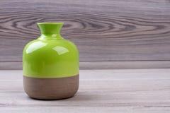 Florero de cerámica en fondo de madera Imagen de archivo