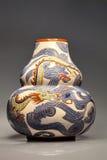 Florero de cerámica grande con adorno del dragón, Vietnam Fotos de archivo