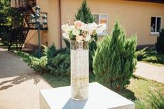Florero de ceremonia de boda de las flores en parque al día soleado Imagen de archivo
