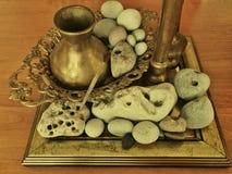 Florero de cobre amarillo con las piedras Fotos de archivo libres de regalías