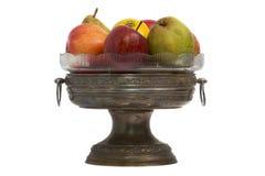 Florero de cobre con la fruta Fotografía de archivo libre de regalías