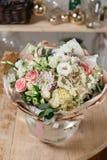 Florero de cristal con el ramo mezclado en la tabla de madera vida hermosa todavía de las flores frescas Foto de archivo